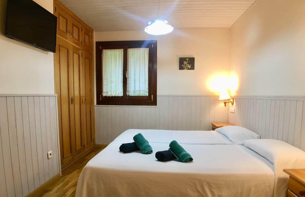 Interior habitación doble camas individuales